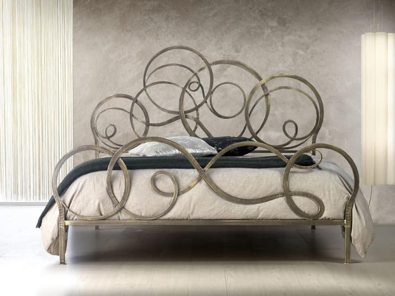 wrought iron beds with scrolls for classic bedroom. Black Bedroom Furniture Sets. Home Design Ideas