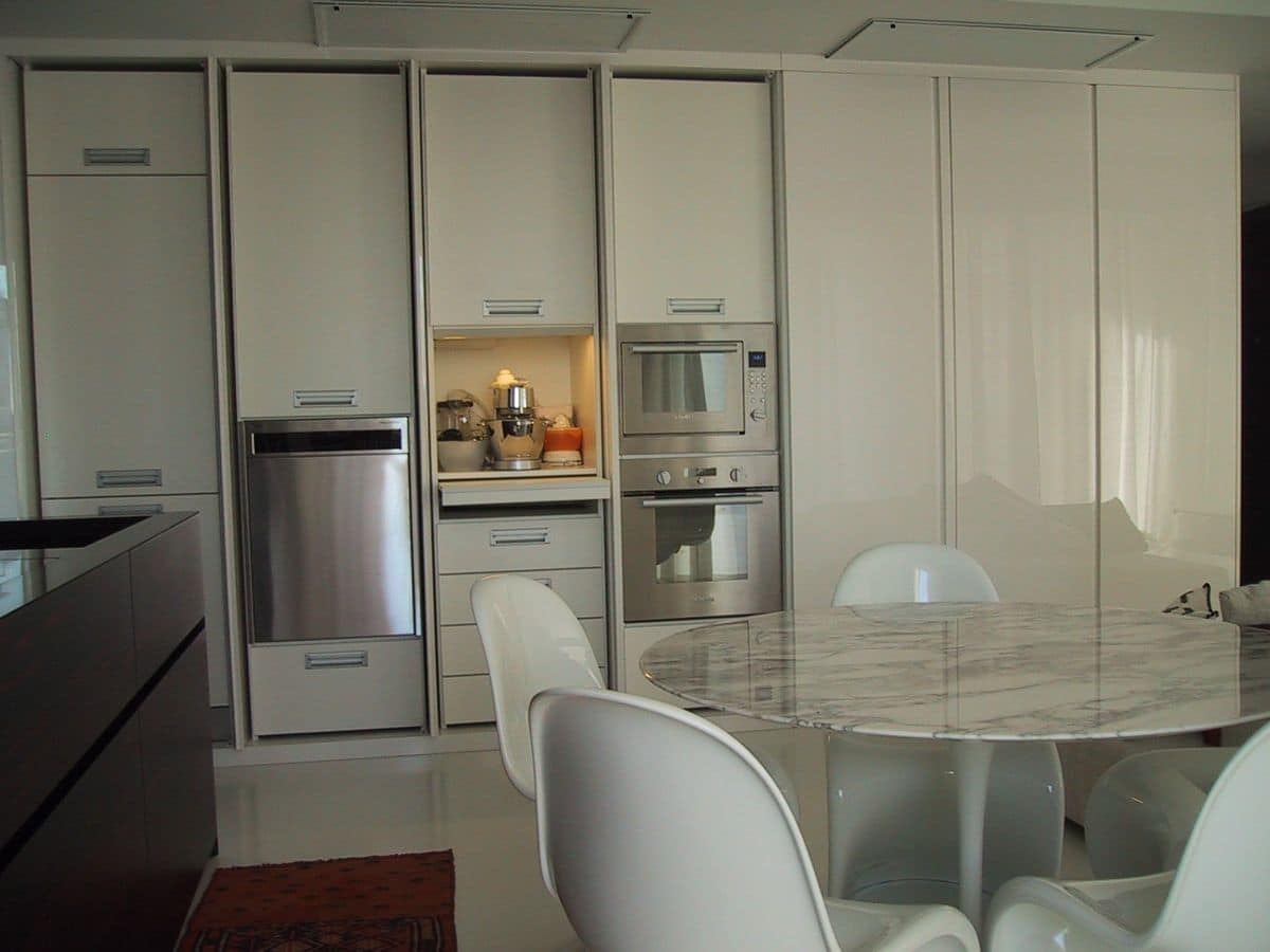 GHOST, Elegant and functional kitchenette, tailored