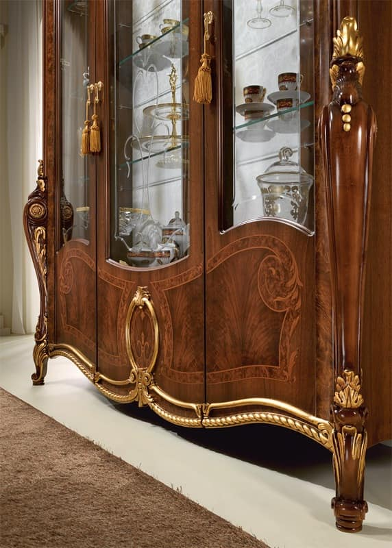 Display cabinet with elegant decor, with a classic Italian ...