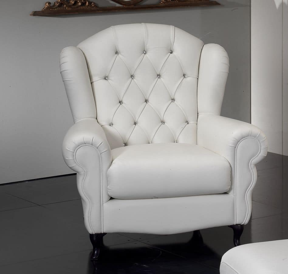 Armchair with quilted padding covered in pleated leather