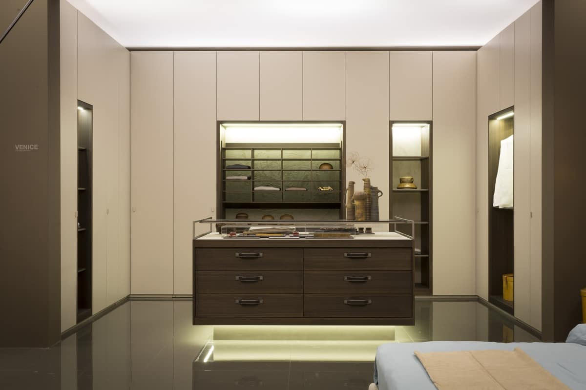 Elegant walk in closet gold and wood aucalipto trim for Elegant walk in closet