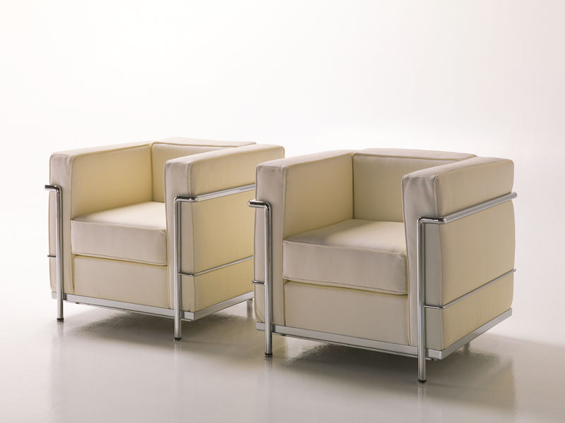 Dora, Comfortable armchair in leather, visible metal structure