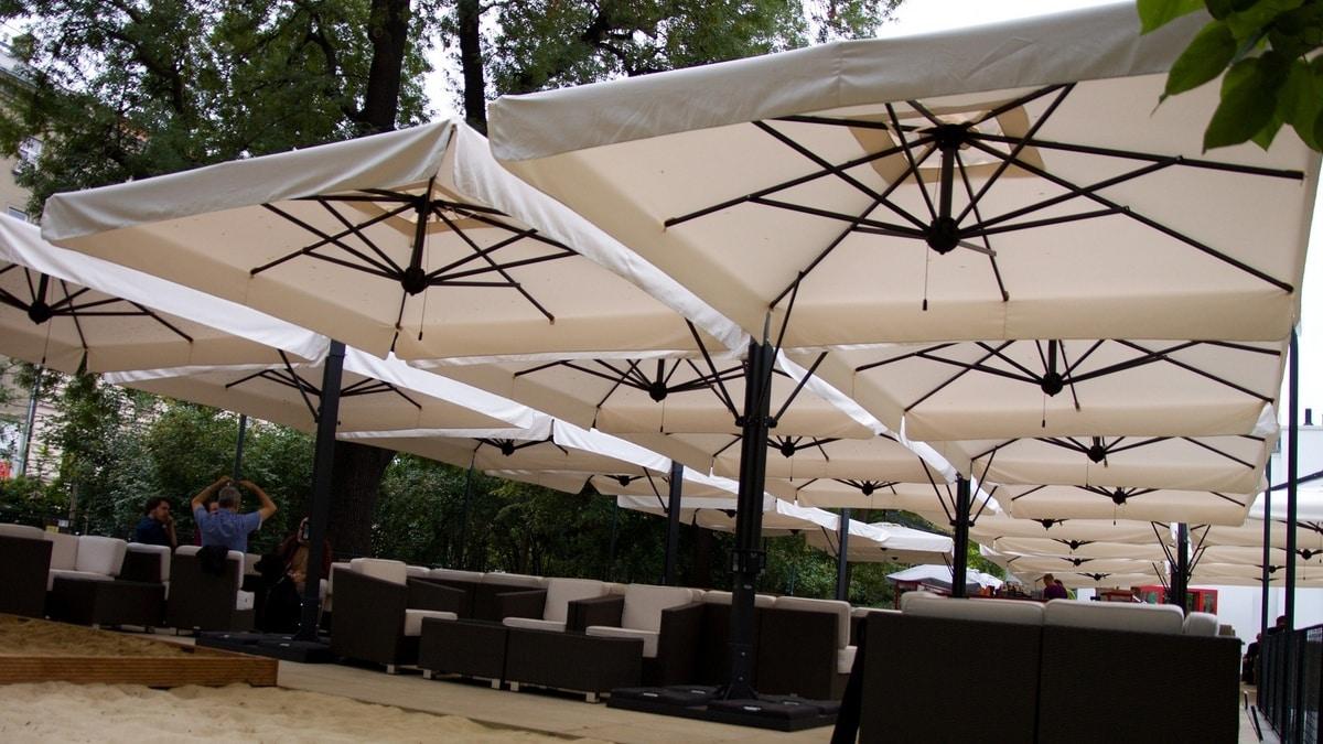 Alu Poker / Double Dark, Modular structure made of various sun umbrellas