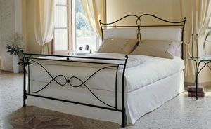 Dizzy, Double bed in decorated iron