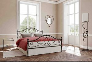 Fidelio, Bed with iron headboard