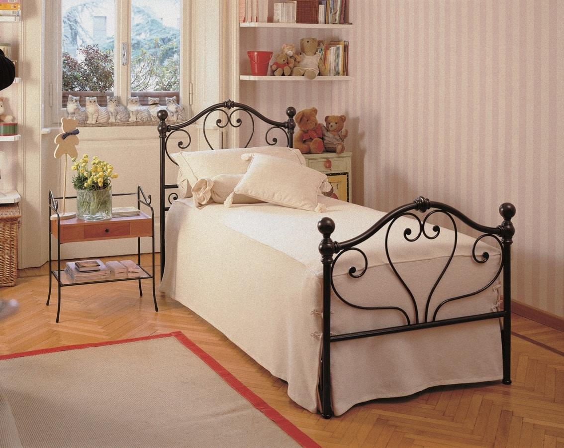 Fidelio, Bed with iron headboard