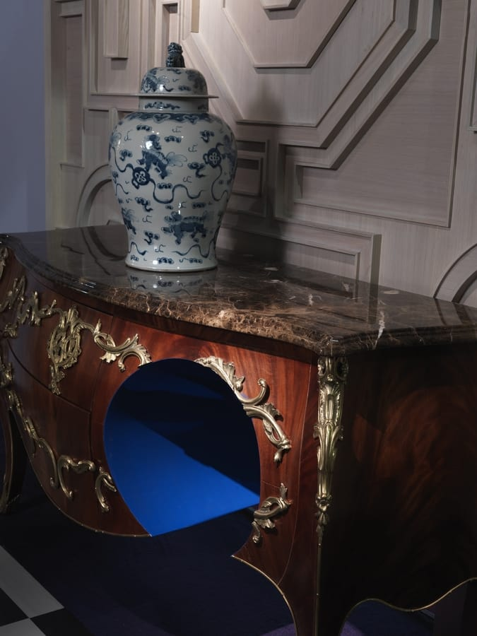 6705 (W)Hole, Louis XV chest of drawers with decorative hole