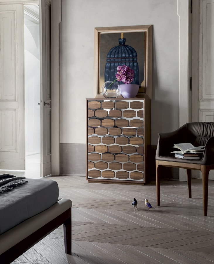 HONEY NIGHT, Bedroom drawers with wooden elements  resting on a mirror effect wall