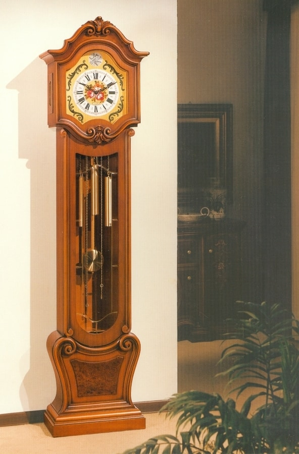 Art. 83, Pendulum clock with hand carvings