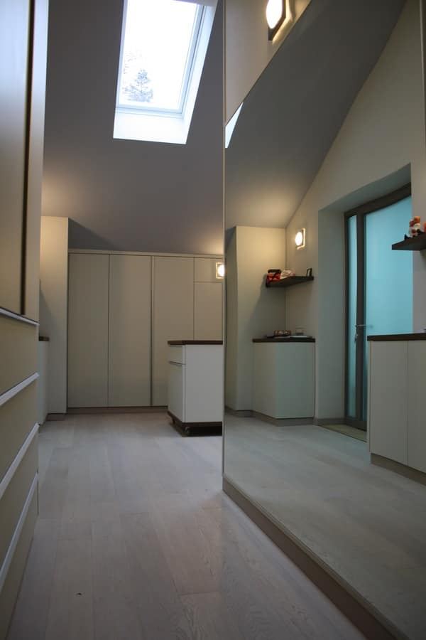 Closet for under-roof rooms 02, Elegant wardrobe tailored for the attic