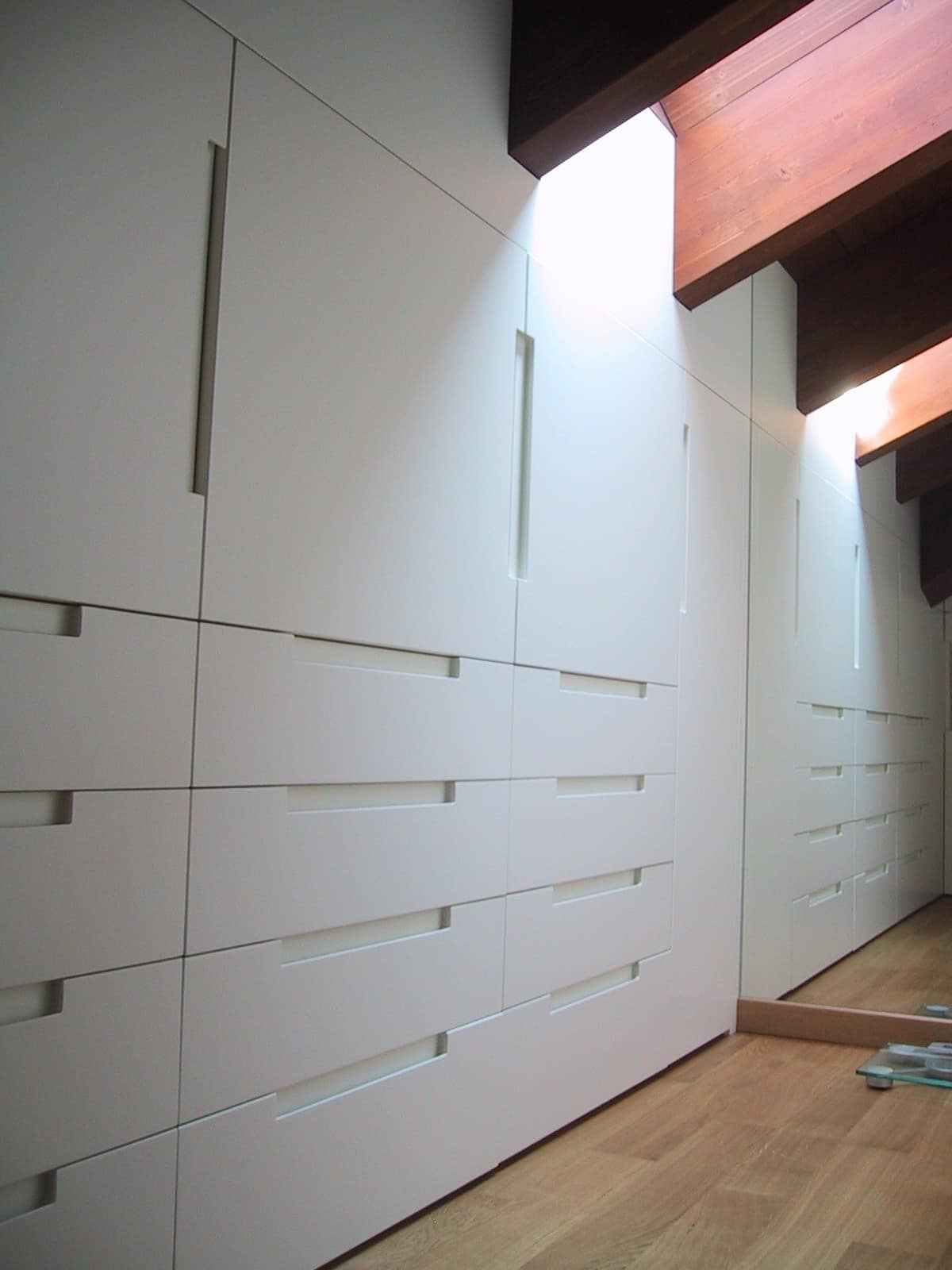 Closet for under-roof rooms 04, Wardrobe in white lacquered wood, tailormade for attic