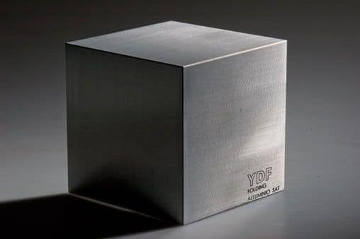 Alluminio satinato, Customizable pieces of metal furniture