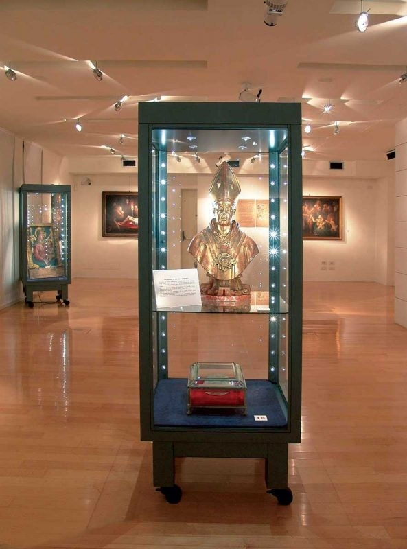 Specials, Showcases tailored, fully customized for museums ans shops