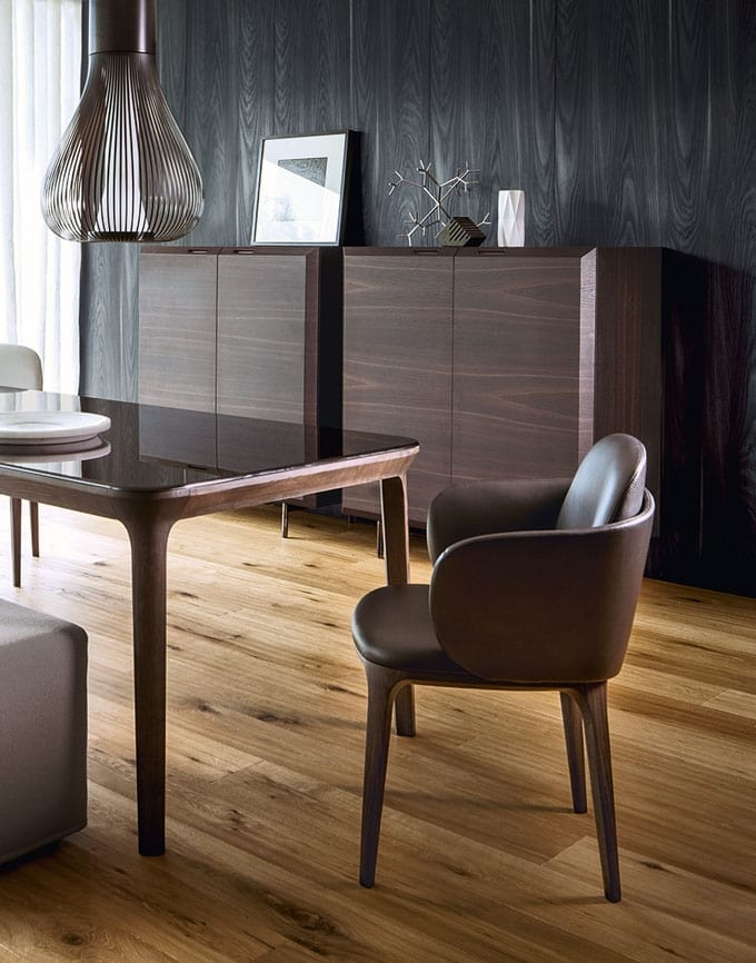 Manda chair, Chair characterized by delicate curved lines