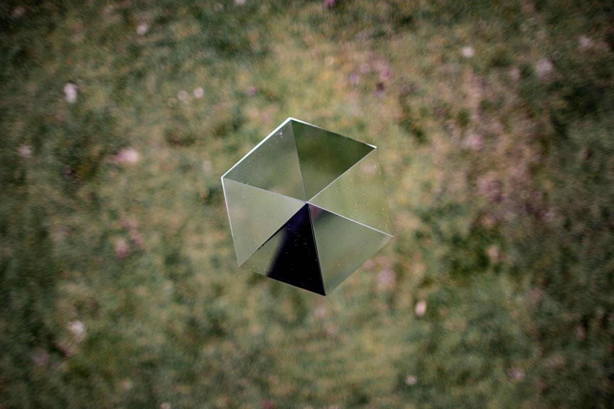Cristal, Decorative metal monoliths
