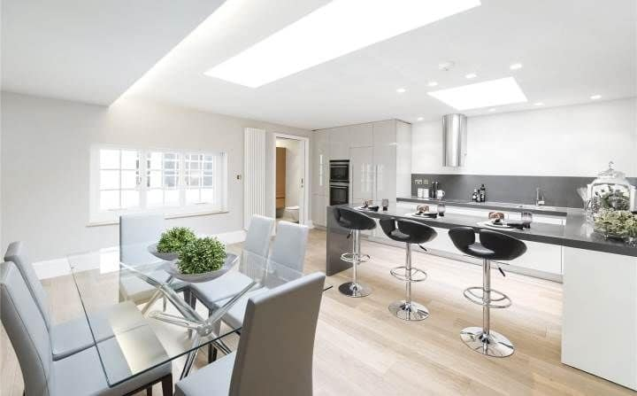 Kitchen with a breakfast snack bar and dining table area, lacquered ...