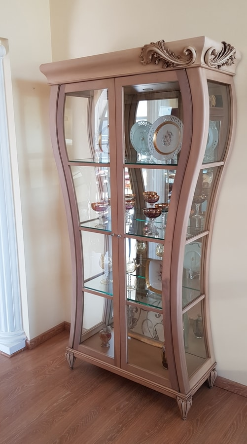Art. 535V, Wooden display case with an original shape