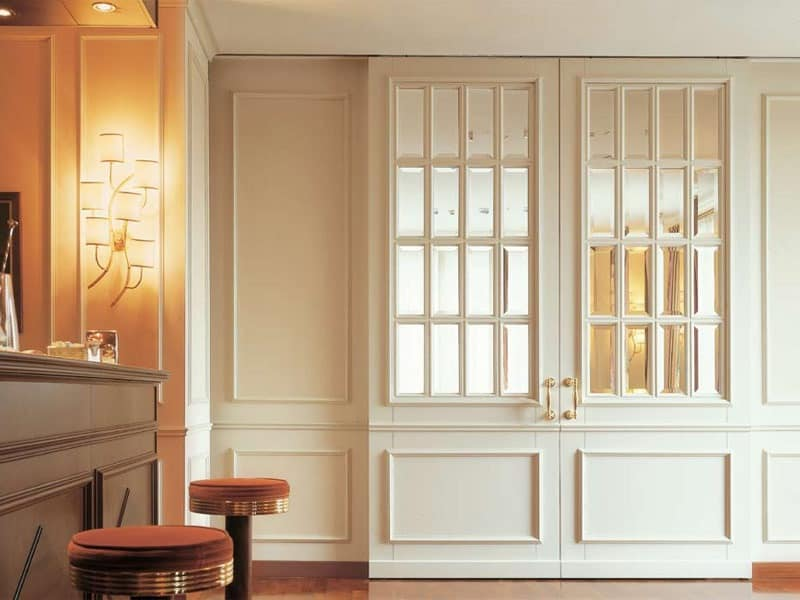 Londra, Door in lacquered wood, cut glass, matched with the boiserie