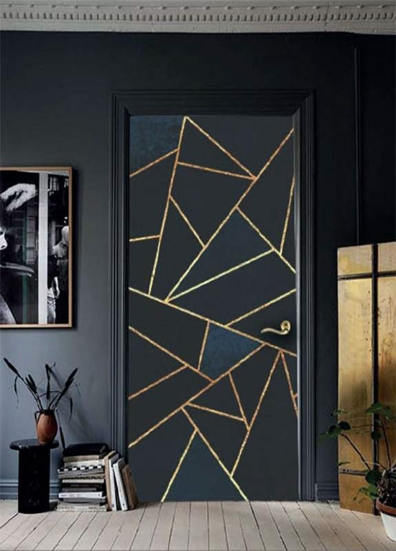 Shock, Lacquered door engraved artistically