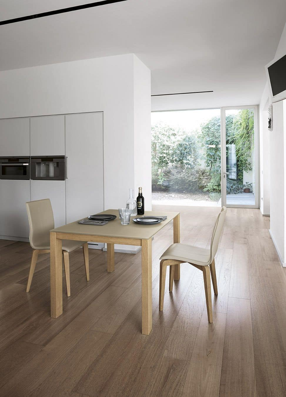 SOLE 110 WOOD TA181, Aluminum extendable table with legs in solid wood, tempered glass top