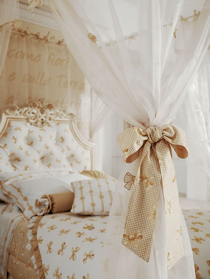 Romeo, Bedroom with canopy bed, gold decorations