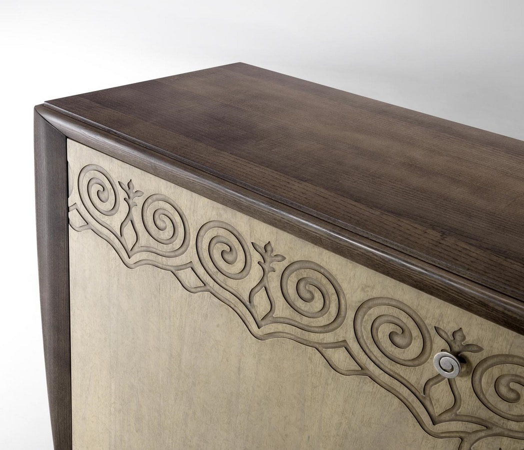 AN 122 ZA, Sideboard with floral decorations
