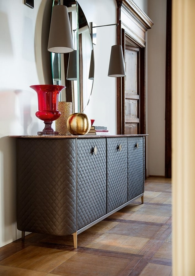 Penelope, Sideboard covered in leather