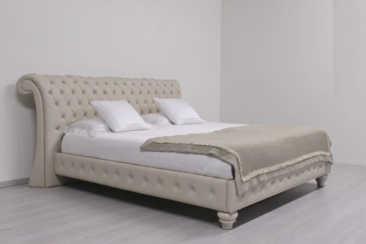 Chesterfield, English style double bed, capitonnè headboard, for bedrooms, hotels, villas