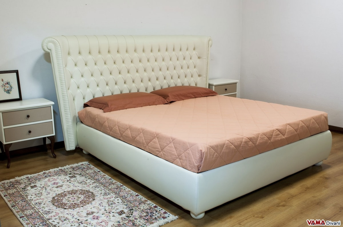 Leichester, Luxury bed with large and high headboard in Chesterfield style capitonnè