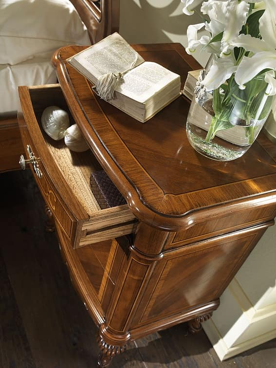 G 701, Classic bedside table, in inlaid walnut, with maple decorations