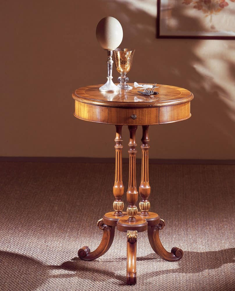 Art. 210, Elegantly decorated small table, with round top, in walnut wood