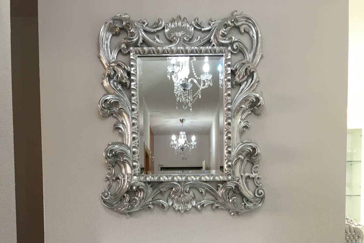 Loto small, Classic mirror with gold leaf finishings frame
