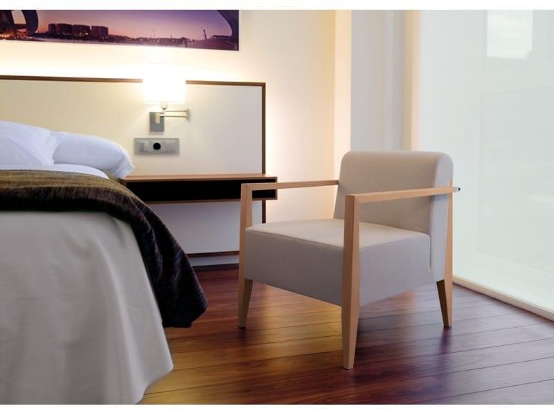 New York 633BM, Wooden lounge armchair