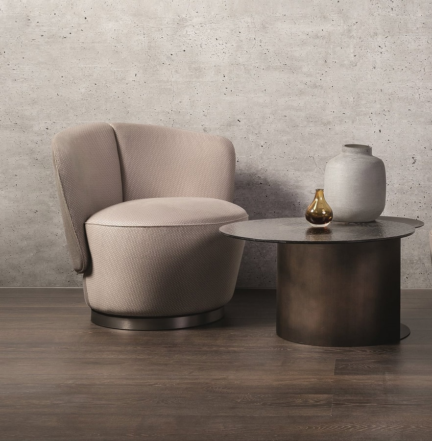 Yvonne, Armchair with soft and enveloping shapes