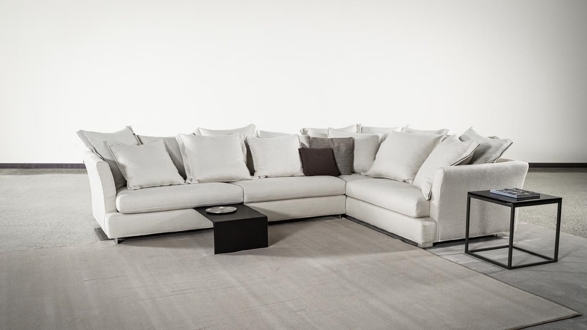Lewis, Sofa with comfortable and soft decorative pillows