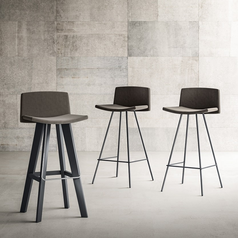 Flag-SGW, Upholstered stool with wooden legs