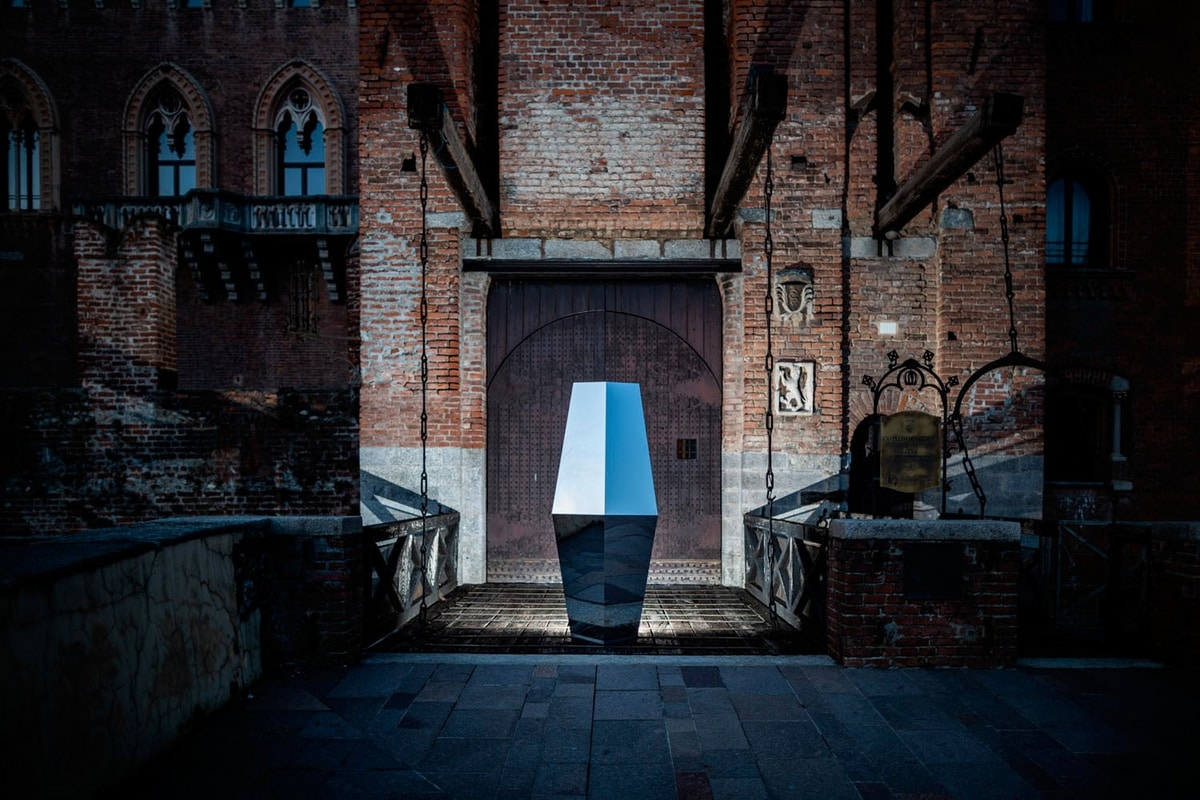 Rubino, Decorative monolith in polished stainless steel