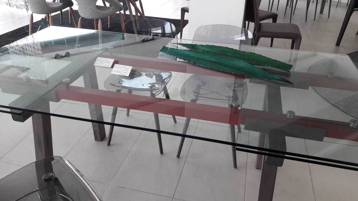 Tracks, Outlet table, with extensible transparent glass top