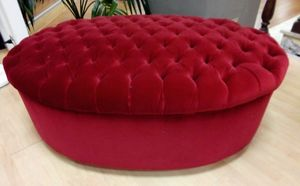 Pouf capitonn�, Oval ottoman in bordeaux velvet