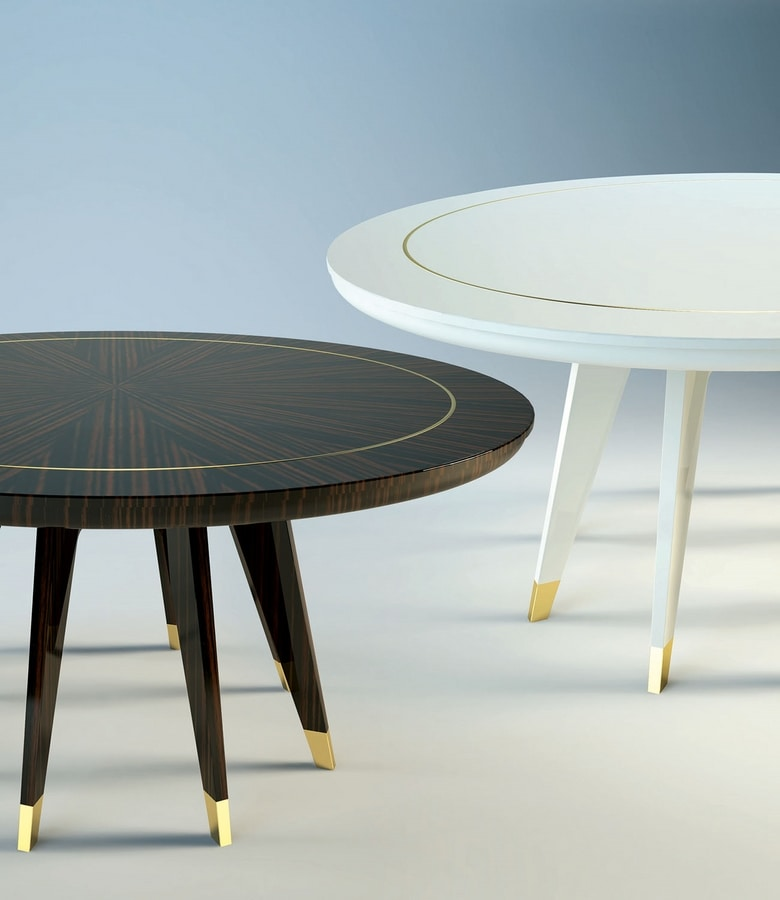 Byron, Round wooden table