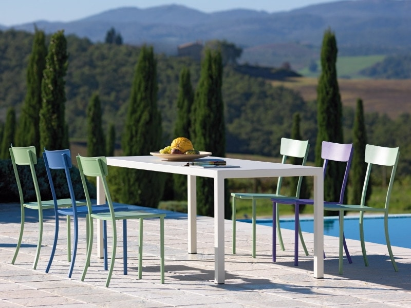 Quatris, Stackable square table for outdoor use