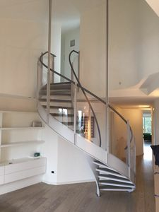 Art. E01, Helical staircase with glass parapet