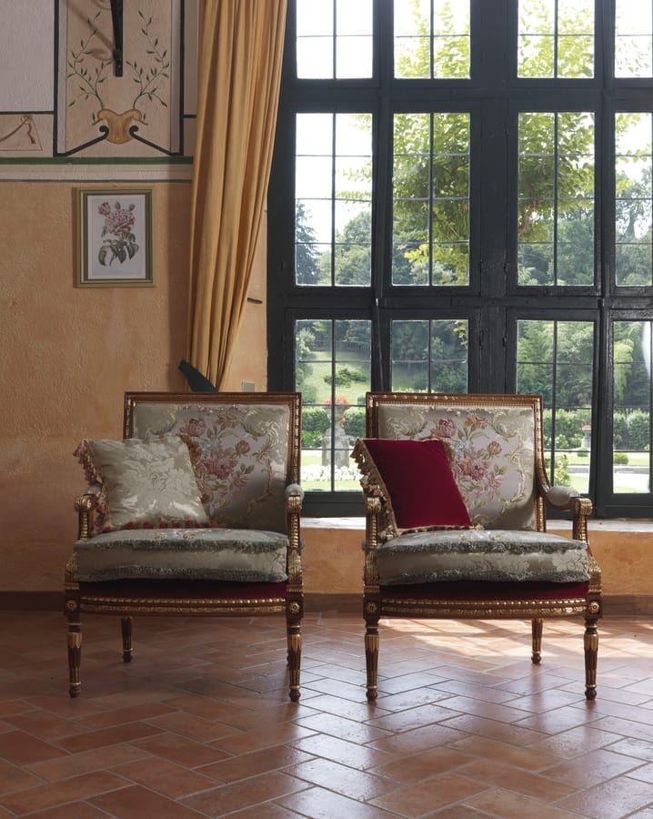 Margherita, Classic armchair, with intense and harmonious carving