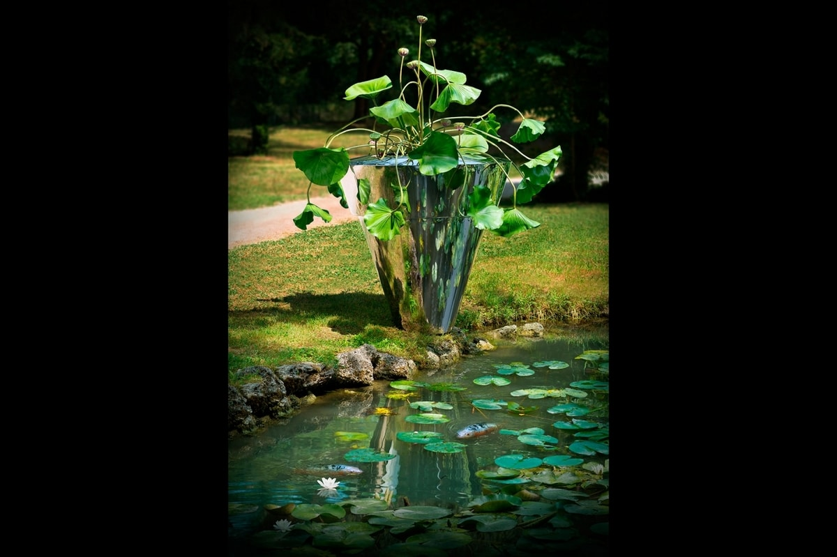 Danza del Nelumbo, Vase in brushed steel
