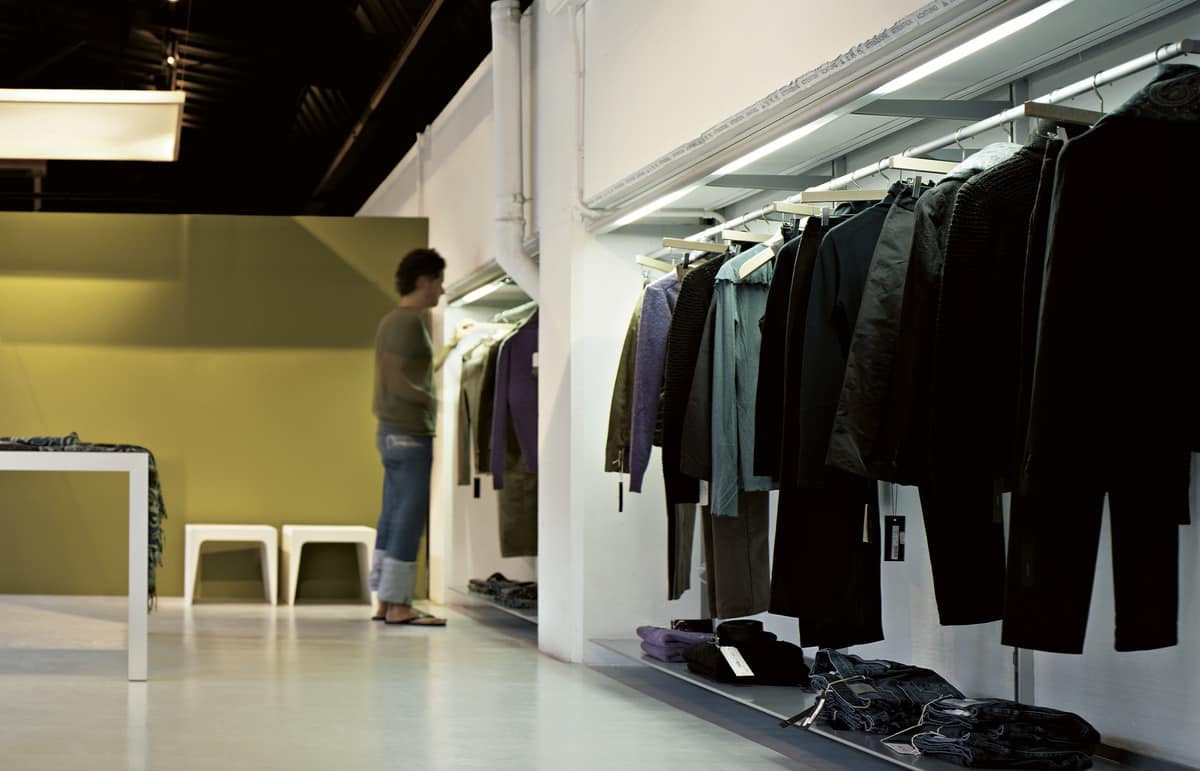 Dot Wardrobe, Aluminum dressing room, equipped with light bars