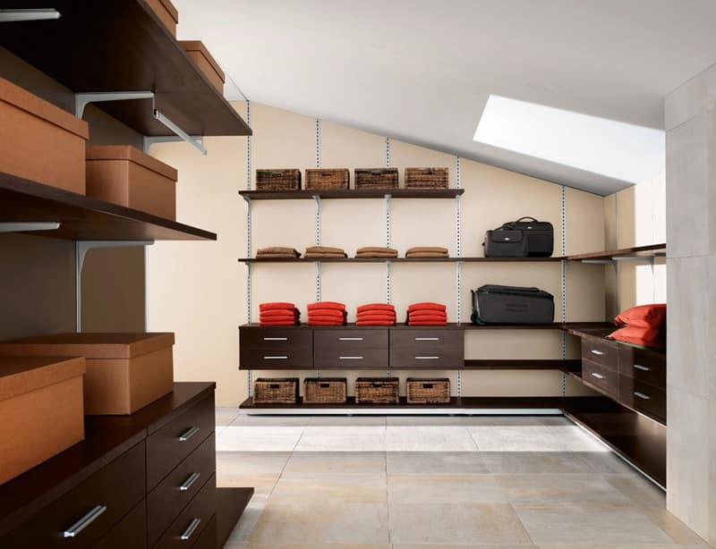 KOS, Walk-in closet with various elements