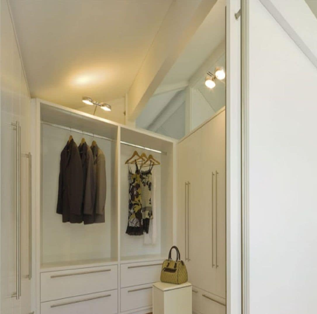 Walk in closet 01, Walk-in closet, painted white, with modular system of furniture for domestic spaces