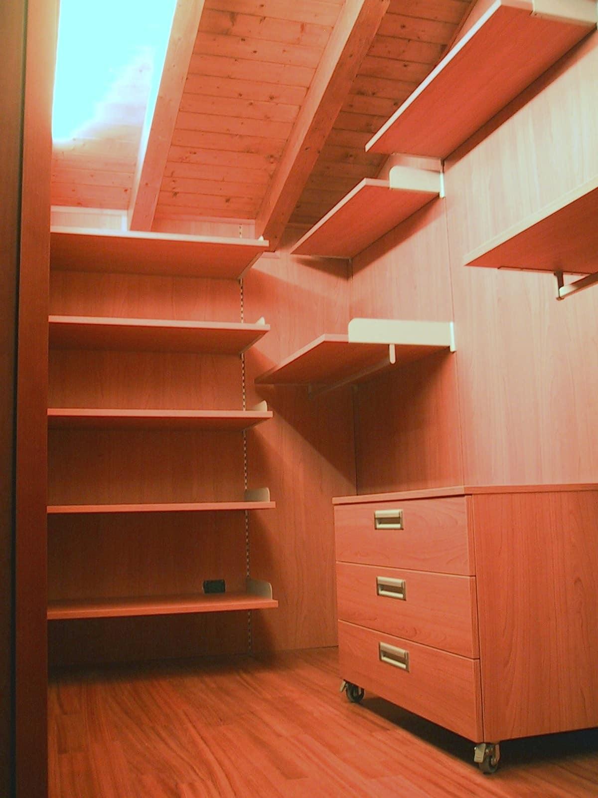 Walk-in closet for the attic 01, Walk-in closet fully customizable