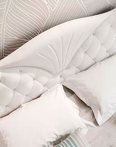 Mon Amour, Bed with capitonné headboard