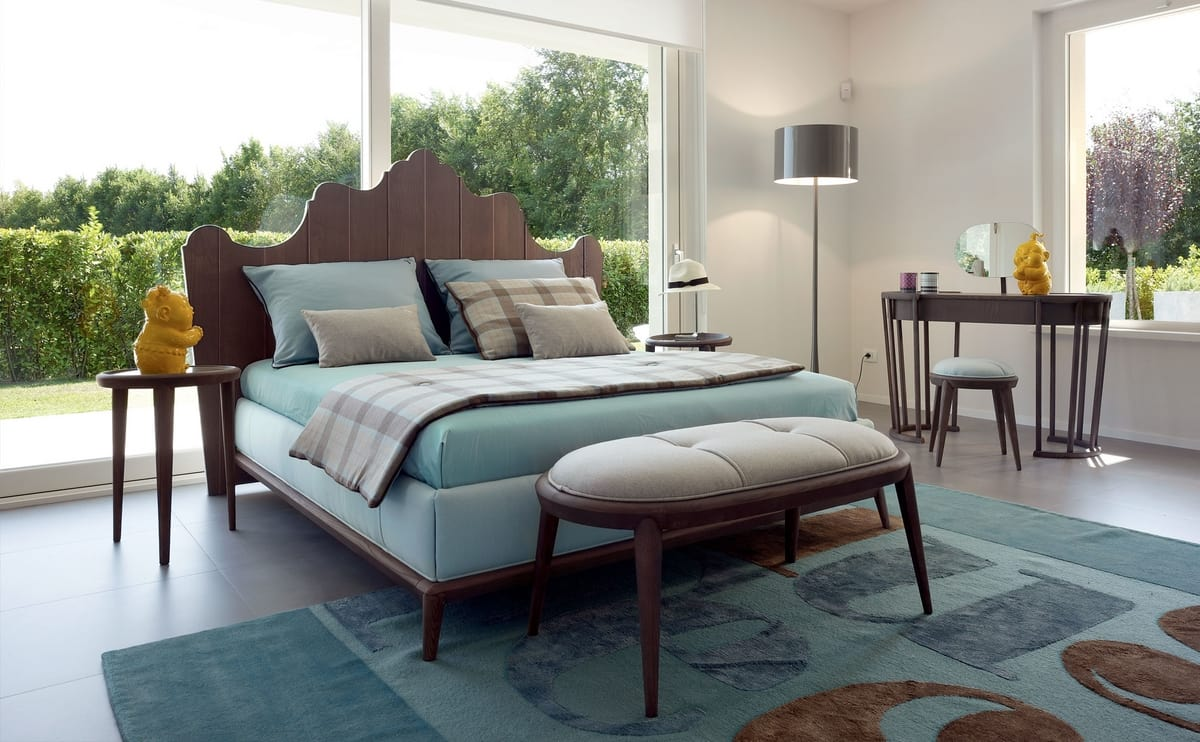 Santiago bed, Bed with shaped wooden headboard